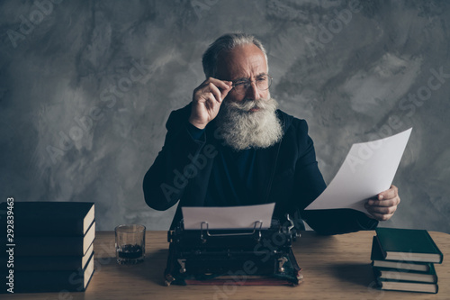 Photo Portrait of his he nice attractive bearded focused concentrated gray-haired prof