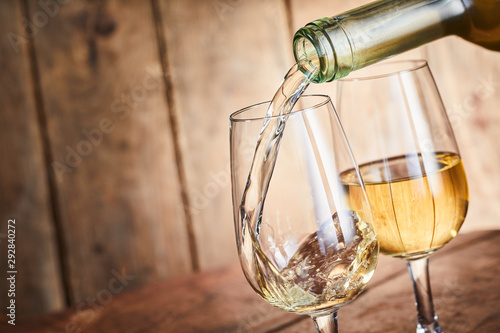Fotografía Serving two stylish glasses of white wine