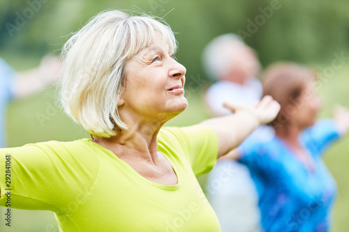 Obraz Aktive Senioren in einem Yoga Kurs - fototapety do salonu