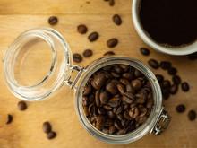Mocna, Energetyczna Kawa Leżąca Na Drewnianej Desce. Zbliżenie.