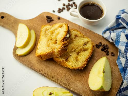 Fototapeta Pokrojone ciasto z jabłkami i kruszonką. Kawa, jabłko na białym tle. Widok z góry. obraz