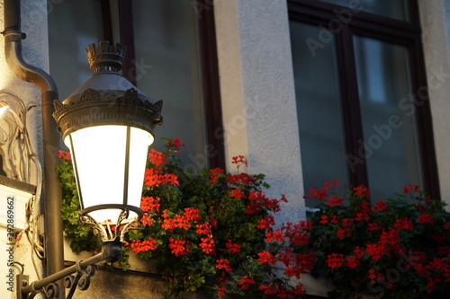 Acrylic Prints Flower shop Straatlamp met bloemen