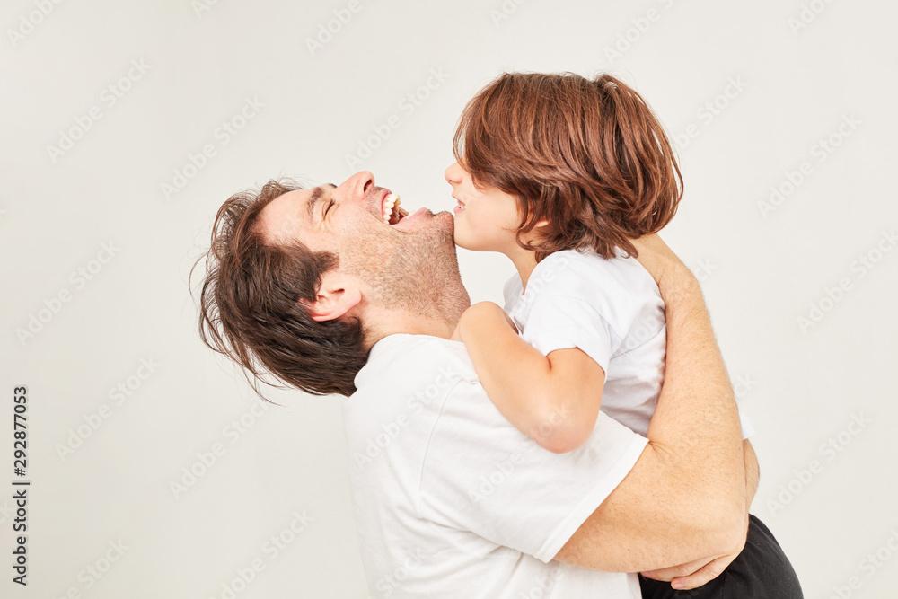Fototapety, obrazy: Glücklicher Vater umarmt lachend seinen Sohn