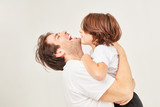 Glücklicher Vater umarmt lachend seinen Sohn