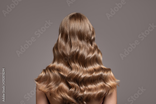 Naklejki na meble Idealne długie falowane blond włosy