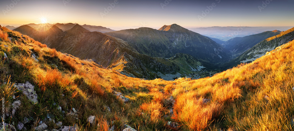Kolorowa wschód słońca góry krajobrazu panorama, Sistani