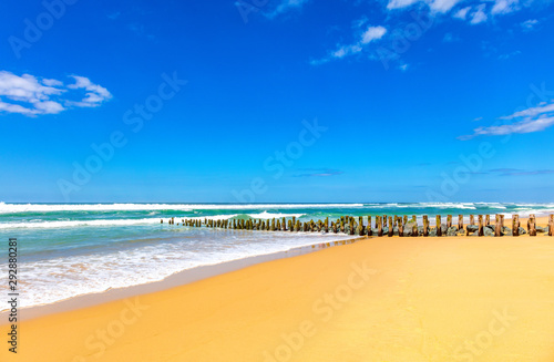 Photo View of wooden pillars and stones on the beach of Seignosse, Landes, France