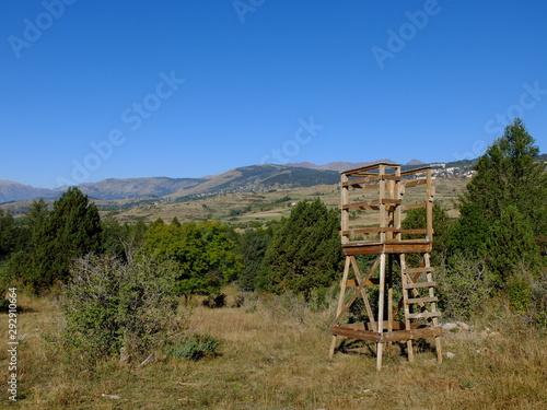 Foto Mirador, tour de guet, guérite pour chasseurs en bois qui chassent en Cerdagne d