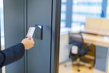 ビジネスシーン カードキーでドアロック解除