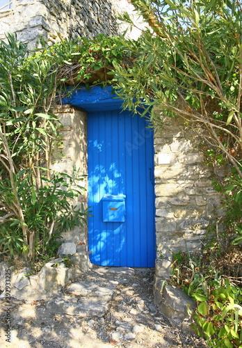 une porte bleue en bois dans un village provençal en France