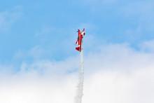 Aereo Acrobatico In Evoluzione Con Fumogeno