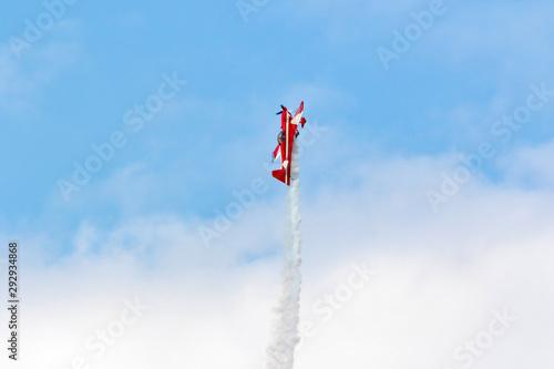 Fotografie, Obraz aereo acrobatico in evoluzione con fumogeno