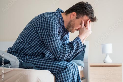 Fotografía Man can't sleep in bed suffering insomnia