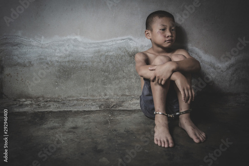 Foto Child who are victims of the human trafficking process and have bruises on their faces