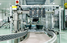 Close Up Belt Conveyor Glass Bottles Into Beverage Filling Machine