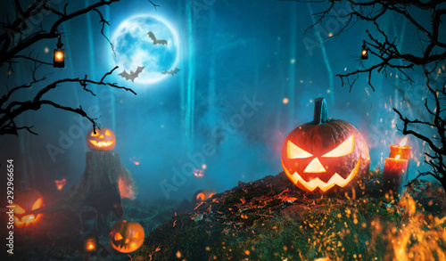 Fotografia  Spooky halloween pumpkins in dark forest