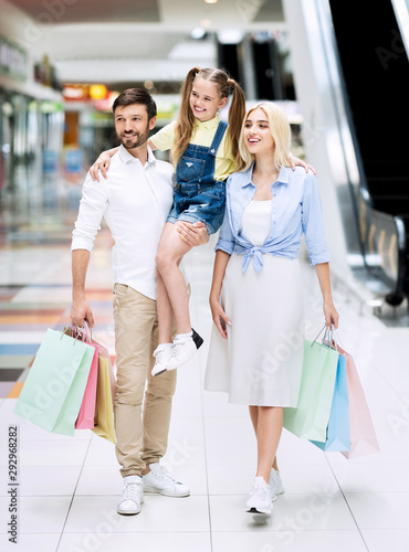Cheerful Father Carrying Little Daughter On Family Shopping In Mall Canvas-taulu