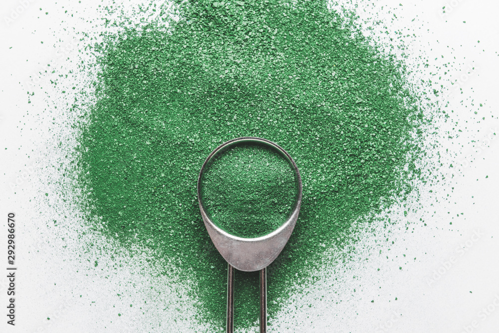 Leinwandbild Motiv - Pixel-Shot : Scoop with spirulina powder on light background