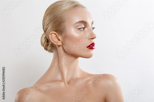Photographie  Beautiful blonde girl with professional makeup and red lipstick