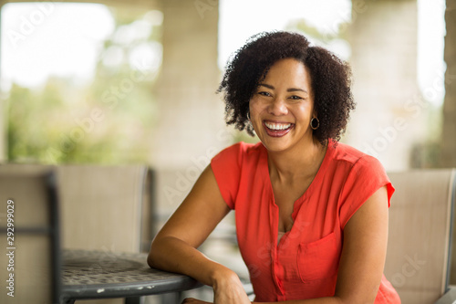 Photo  Confident Happy African American Woman Smiling Outside