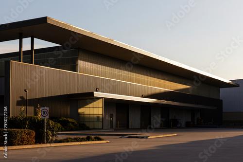 Foto Modern warehouse exterior during afternoon dusk sunlight.