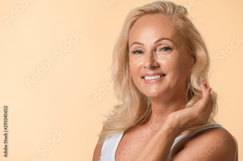 Photo Portrait of beautiful mature woman with perfect skin on beige background