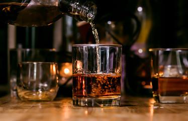 Whisky poslužitelju barmena, na drvenoj šipci,