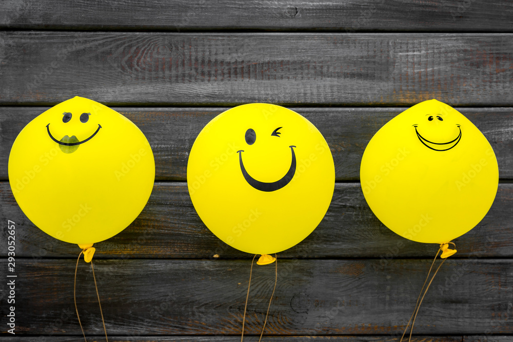 Happiness emotion. Yellow balloon with smile on blue background top view <span>plik: #293052657 | autor: 9dreamstudio</span>