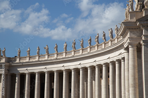 Leinwand Poster Statues on top of the Colossal Tuscan colonnades in Piazza San Pietro (St
