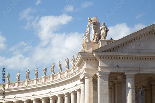 Statues on top of the Colossal Tuscan colonnades in Piazza San Pietro (St Fototapet