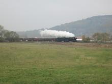 Zwei Dampflokomotiven Donnern über Die Ebene