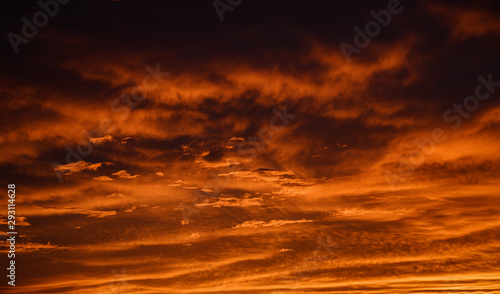 La pose en embrasure Rouge traffic Dramatic sky. Sunset. Nature background.