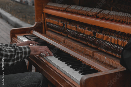 piano play - 293149877