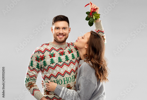 Fototapeta christmas, people and holiday traditions concept - portrait of happy couple in u
