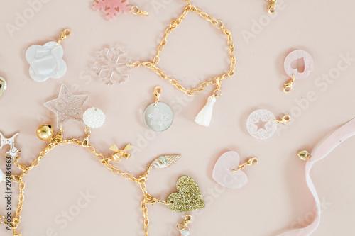 Girls christmas present 24 days of jewelry necklace and bracelet charms in gold Tapéta, Fotótapéta