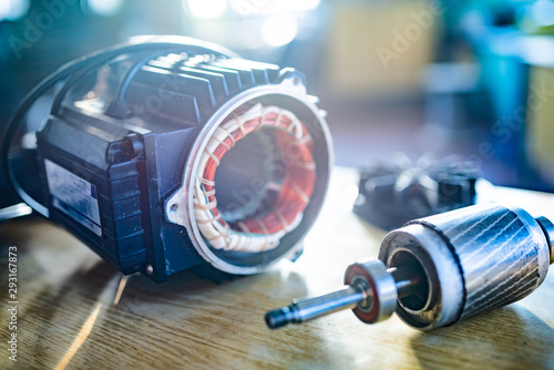 Photo Close-up of iron industrial motor lies on a table
