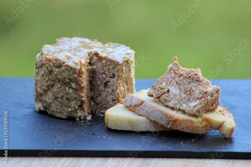 Canvastavla Pâté de campagne du terroir avec tartine de pâté sur fond ardoise