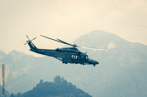 Elicottero militare in volo di profilo