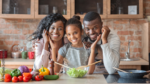 Fotografía Lovely family cooking healthy dinner together at kitchen