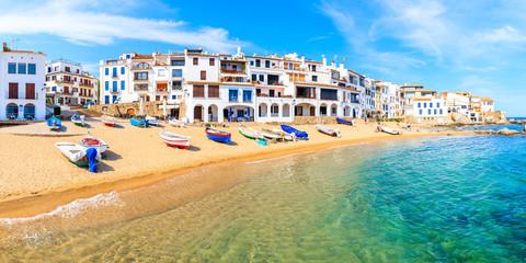 Panoramiczny widok łodzi rybackich na plaży w Port Bo z kolorowymi domami starego miasta Calella de Palafrugell, Costa Brava, Katalonia, Hiszpania