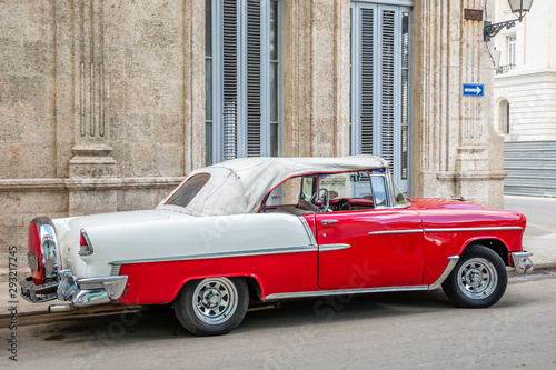 Old red and white cabriolet retro car in the center of Havana, Cuba Fototapeta