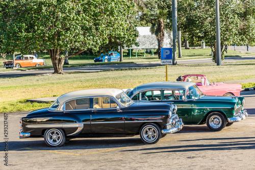 Fotografija  Green and black retro cars on the parking lot in the center of Havana, Cuba
