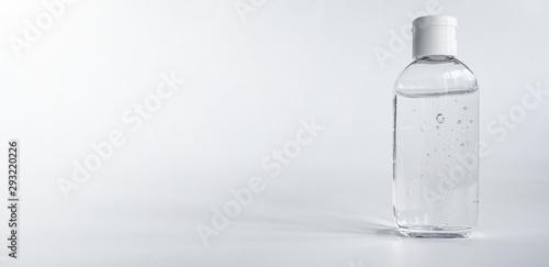 Obraz Gel Flüssigkeit in durchsichtiger PET-Flasche auf neutralem Hintergrund - fototapety do salonu
