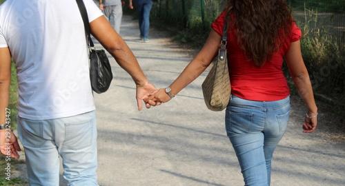 Fototapeta  Fidanzati a passeggio nel parco in autunno