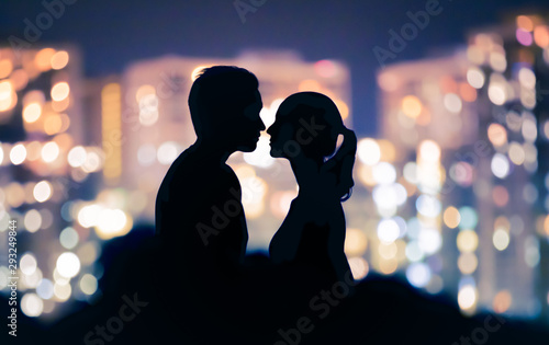 Fototapeta Romantic couple kissing in the city.  obraz