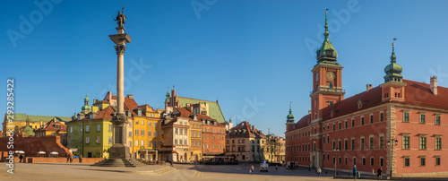 Fototapeta Warsaw, Poland-The Royal Castle on the Castle Square on a clear spring day obraz