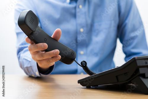 Obraz ワイシャツの男性 電話 - fototapety do salonu