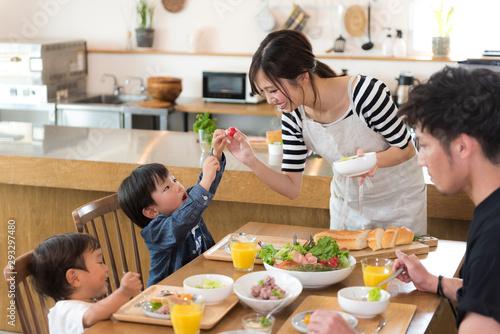 Foto op Aluminium Kruidenierswinkel 家族の食事