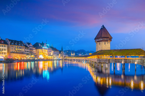 Photographie Historic city center of downtown Lucerne with  Chapel Bridge and lake Lucerne in