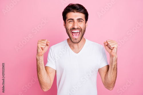 Fotografía  Portrait of funky funny crazy delighted middle eastern man raise his fists screa